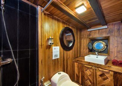 Deluxe Bathroom - La Galigo Liveaboard-min
